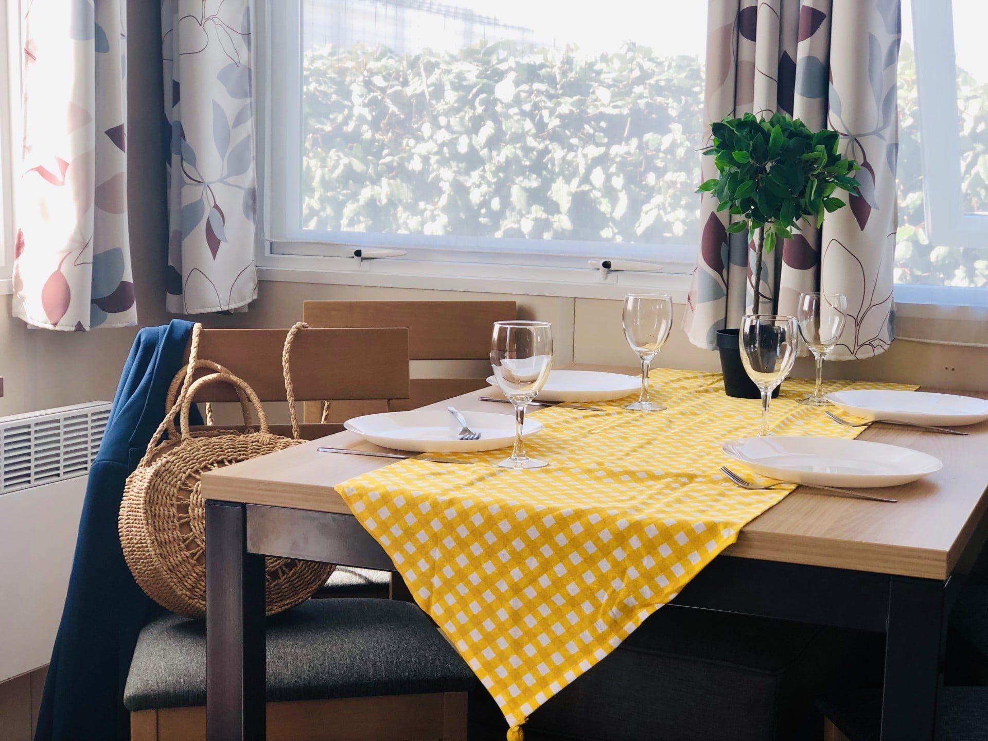 MOBIL HOME 9 CAMPING PORT BLANC DINARD SALON TABLE 2